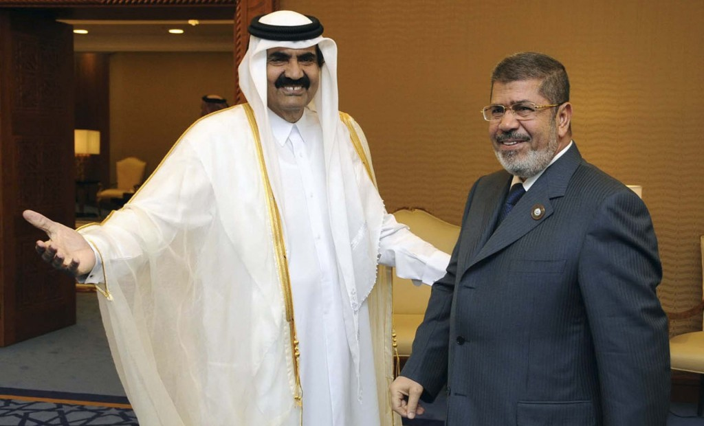 Эмир Катара шейх Хамад бин Халифа аль-Тани и его выдвиженец исламист экс-президент Египта Мухаммед Мурси.