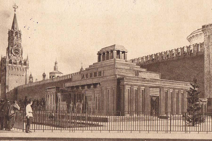 Деревянный Мавзолей, установлен весной 1924 года. Проект А. В. Щусева.